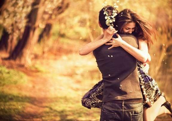 abbraccio-sorprese-per-lui-lei-575x405